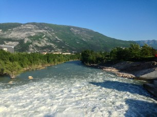 Fiume Adige osservato dalla diga di Mori (TN).