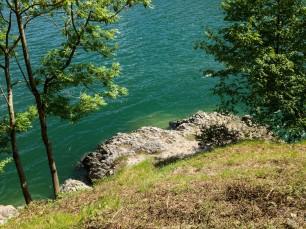 Il Lago di Ledro osservato dalla riva.